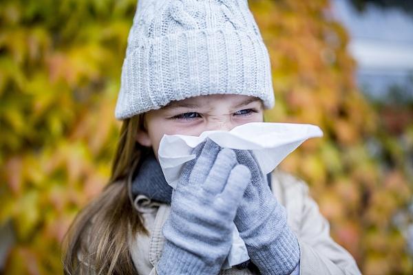 小朋友打喷嚏流鼻涕_孩子一到冬天就打喷嚏流鼻涕,怎么办_呼吸道