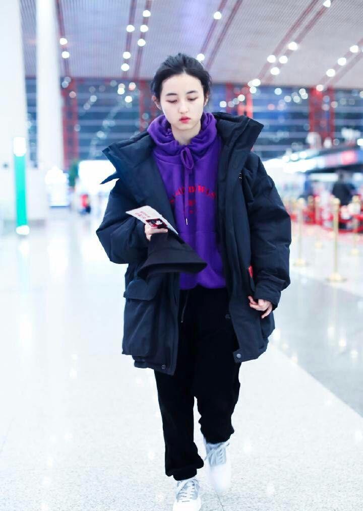 张子枫羽绒服里套卫衣挺时髦的,不穿高跟鞋顺眼多了!