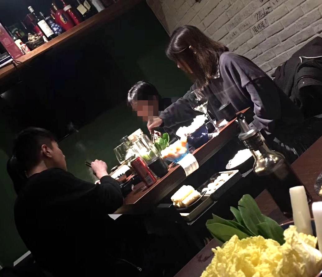 網友偶遇趙又廷高圓圓吃火鍋,和好友聚會,高圓圓不希望被催懷孕