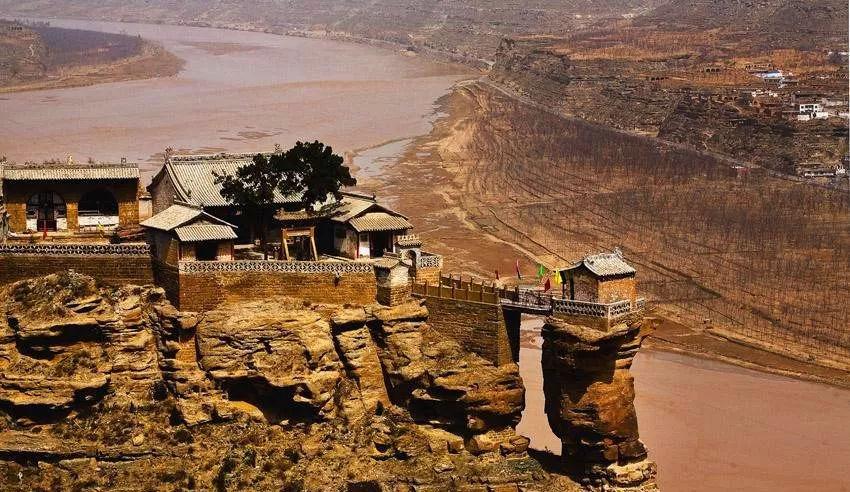 陕西一座建在黄河边悬崖上的古寺,三面悬空,为何屹立千年不倒