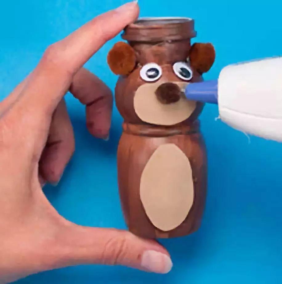 第三个是大象 酸奶瓶花瓶 制作步骤:用麻线把瓶缠几圈,注意把线头压
