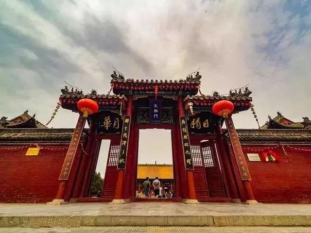 中国一座千年寺庙, 因游客香火太旺, 消防车、急救车随时待命