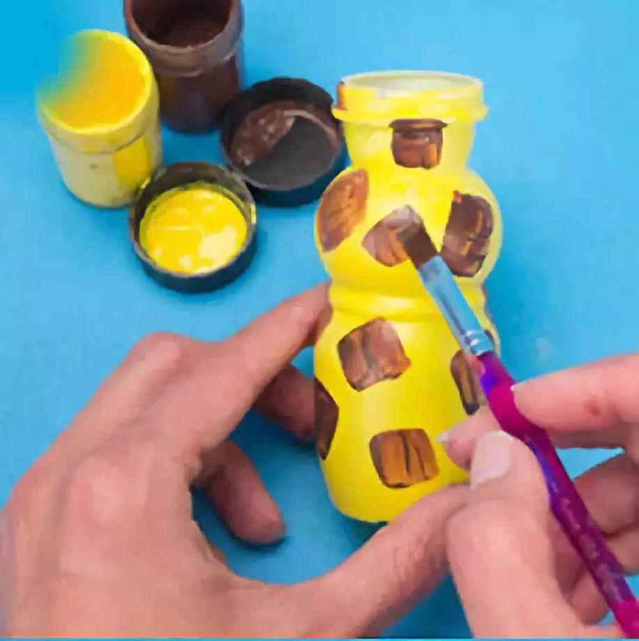 美食 正文  第三个是大象 酸奶瓶花瓶 制作步骤:用麻线把瓶缠几圈