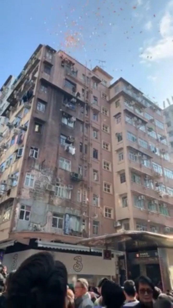 """香港街道""""天降现金""""(图片来源:""""香港01"""")图片"""