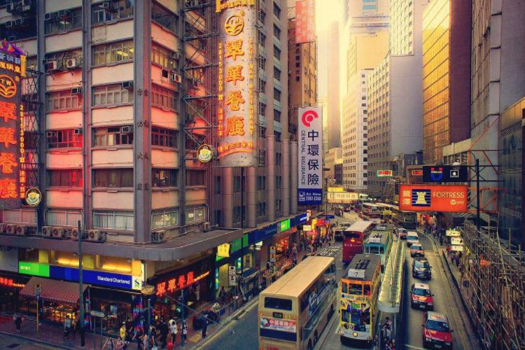 车和人谁优先通行?香港独特马路标语凸显人性化,内地为何没有?