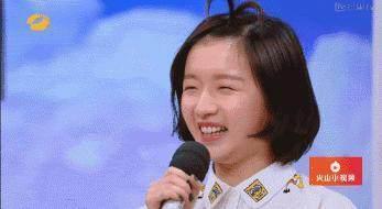 李浩菲在岳云鹏和郭德纲表演相声的时候,在俩人身边蹦蹦跳跳,这样真的