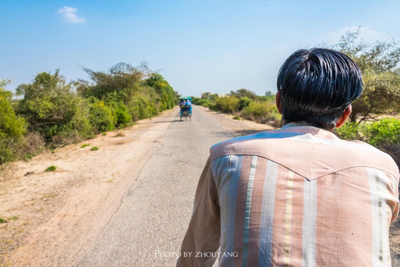 印度景区里的人力车夫,一天收入只有30元,过得却很悠闲图片
