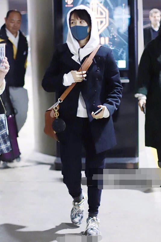 王子文穿破烂鞋一身打扮很路人,腿这么短你还敢穿成五五分!