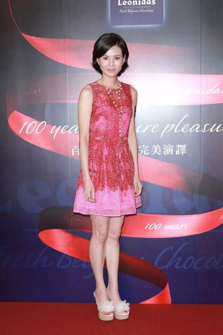 """""""小龙女""""李若彤粉色裙子来装嫩,保养的真好,一点皱纹都没有!"""