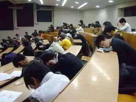 大学班里48个人,40个人上课低头玩手机,老师:不敢摔,赔不起!