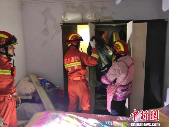 四川宜宾5.7级地震地面裂口 流水席客人惊吓跑光