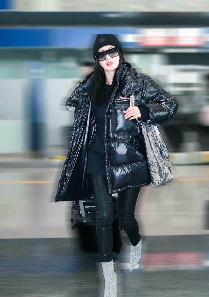 张天爱这是什么时尚?衣服是塑料的,包也是塑料的!