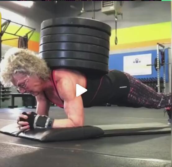 完爆年轻人!美国一位70岁奶奶负重140斤平板支撑