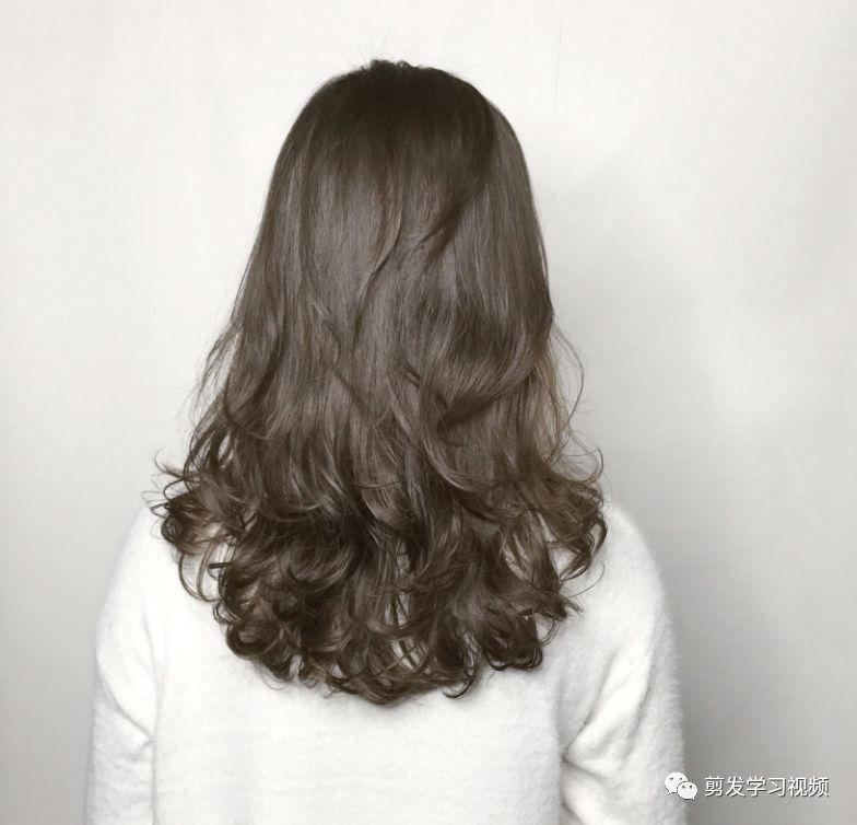 时尚 正文  这个长度的发型,搭配一款好看的烫发,非常有网红气质!图片