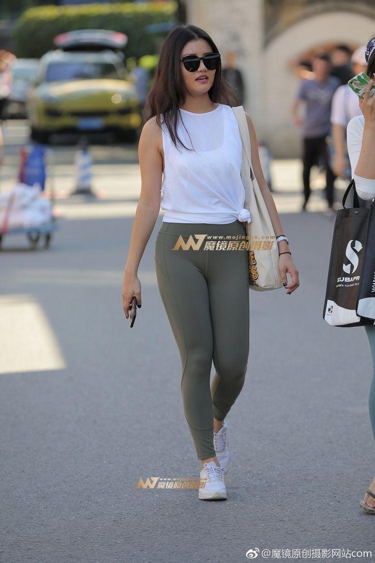 """街拍:小姐姐穿瑜伽裤PK""""蜜桃裤"""",哪个裤更酷?"""