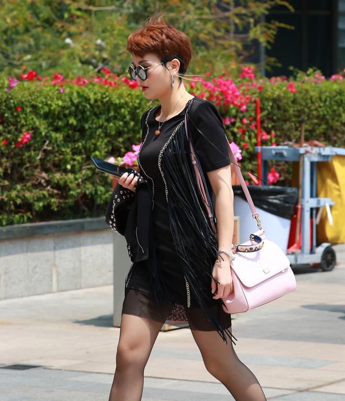 美妇套动_超短热裤搭配超薄肉丝的丰腴的美少妇 身着超短热裤套装,长腿肉丝的美