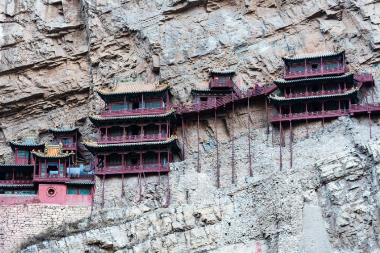 临崖而立的建筑群,千百年来悬于空中,至今屹立不倒