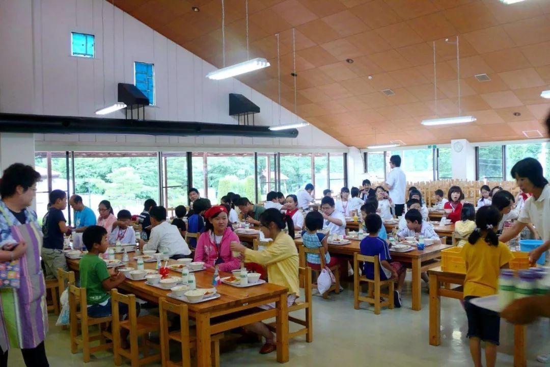 日本学校的午餐都是这样做?怪不得每个小朋友都能吃的干干净净