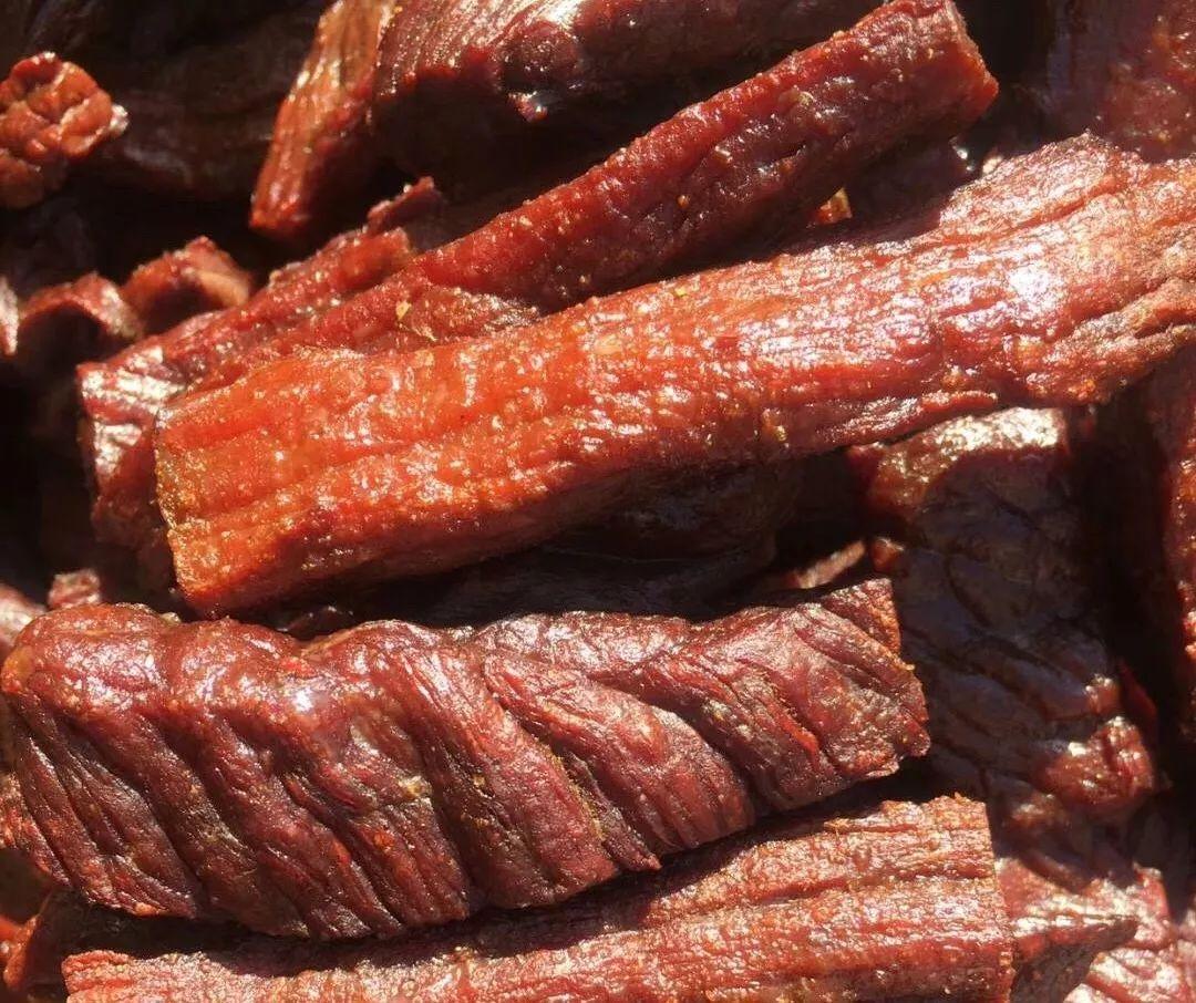 这款超正点的牛肉干,让你坚信 真正的美味 没有第二种选择! 01 好 吃 的 牛 肉 干 / 做法可能跟你想的不一样 / 内蒙古特殊的地理环境,气候干燥, 赋予牛肉不一样的魅力~ 牛肉都是先进行腌制, 风干晾制48小时后再进行制作。 生肉在风干的初始阶段, 不可避免地经历了熟成。 这个阶段,肉汁更加充盈, 味道也会更加丰富!