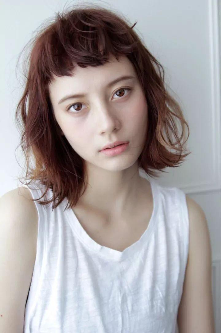 想展现出成熟女人的魅力, 这种翘耳的发型能露出半边脸蛋, 秀出下巴