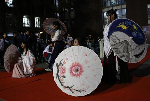 南方都市报:中学生穿汉服撑伞画过足艺术瘾