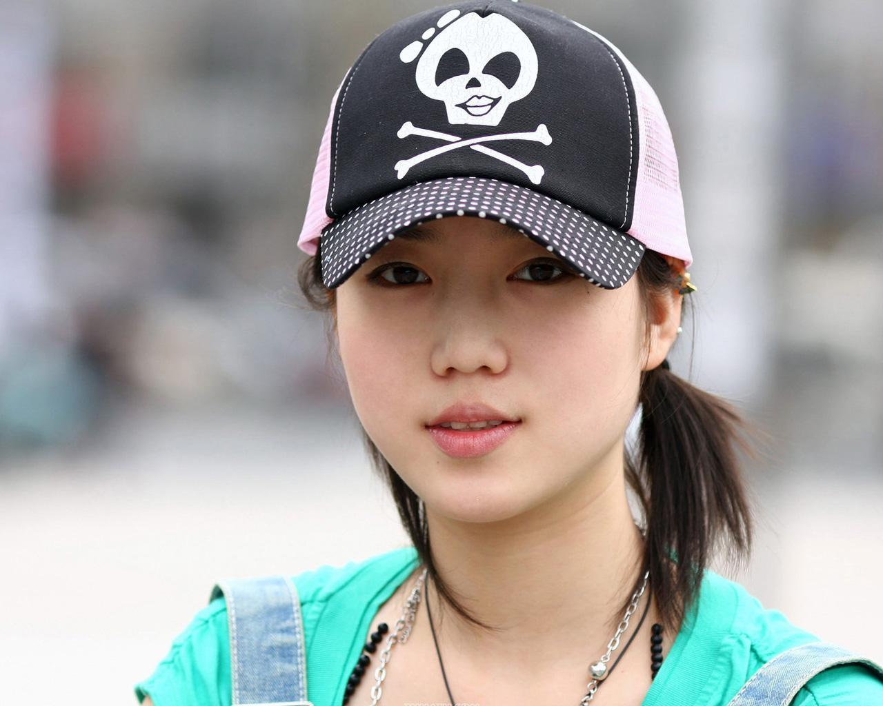 张悠雨魅惑大胆人体艺术_杨振洋与张悠雨现身北京798艺术区