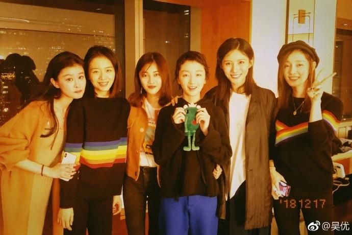 周冬雨参加毕业3周年同学聚会,吴优、杨采钰到场,古力娜扎缺席