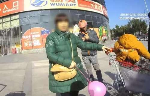 2岁男童坐购物车大哭 爷爷带来逛超市未带回:忘了