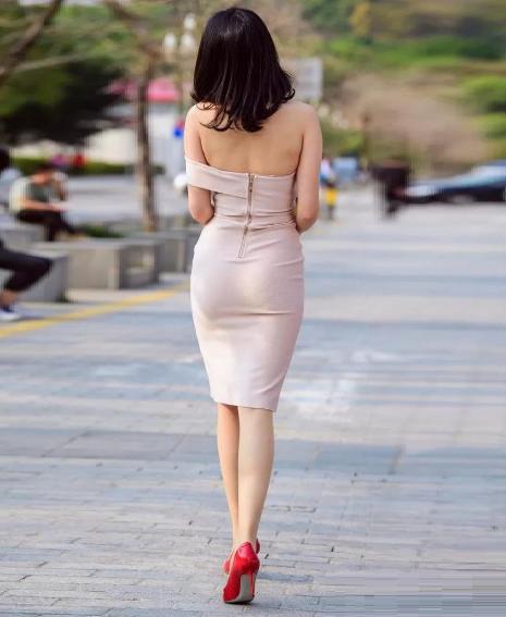 清纯美女穿上包臀裙,出现了不一样的风情与滋味,挺养眼啊!