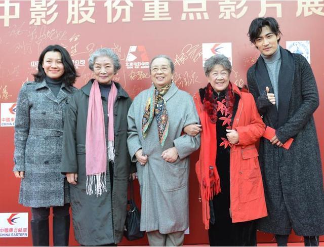 献礼片《一切如你》展映 王毅凡为田华奶奶送玫瑰
