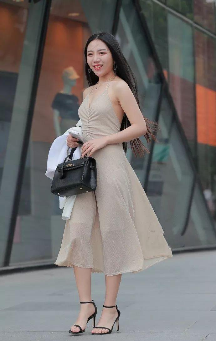 美女色刚身�_街拍:美女身穿的这款裸色露背吊带连衣裙,看起来高级感十足