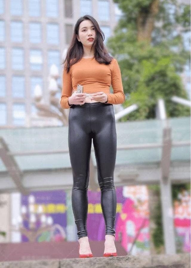 街拍:美女迷人的黄金,一条火辣的紧身皮裤,美女女人味身材性感脚图片