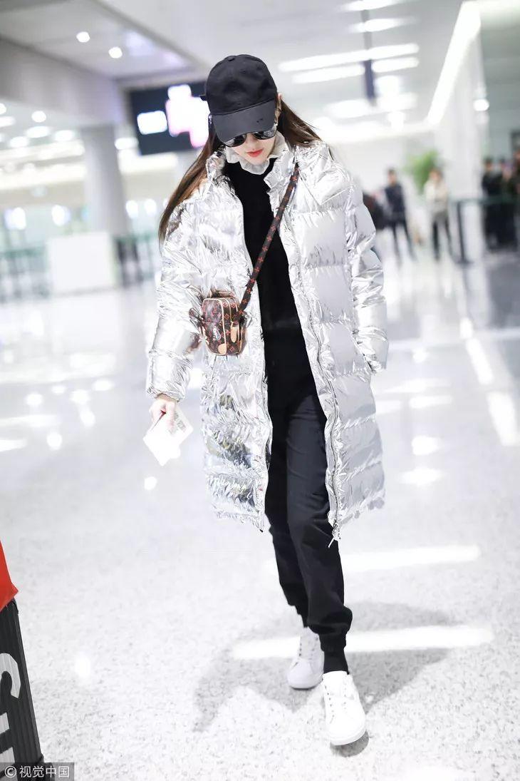 就连一向在冬季机场街拍中照露不畏严寒的小明同学,最近也把自己包裹