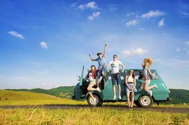 趁着假期,全家一起自驾游,在高速服务区遇见一个要求搭便车的男孩.