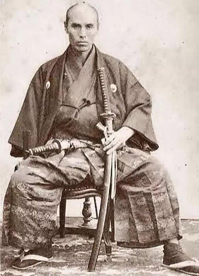 日本武士刀_日本武士老照片:手拿倭刀,身材矮小,长相凶恶,很有杀气