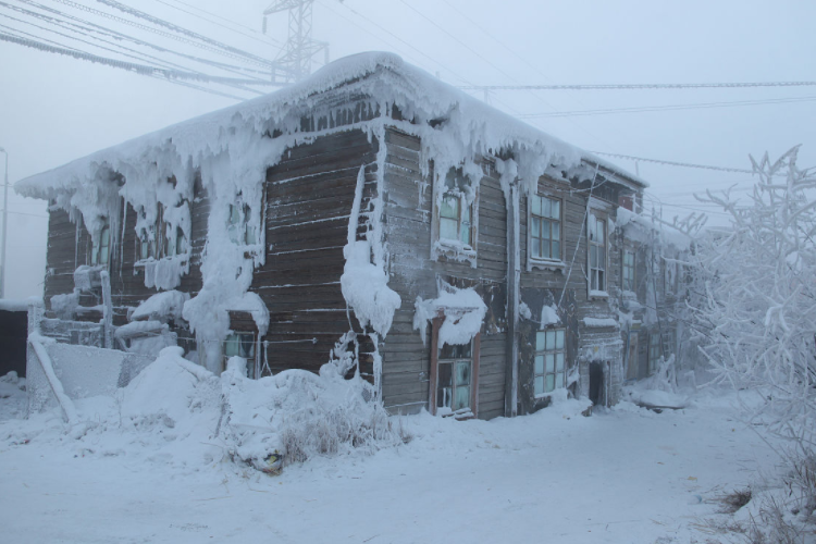 全球最冷城市到底有多冷?零下60度,门窗得装4层,哈气成冰渣