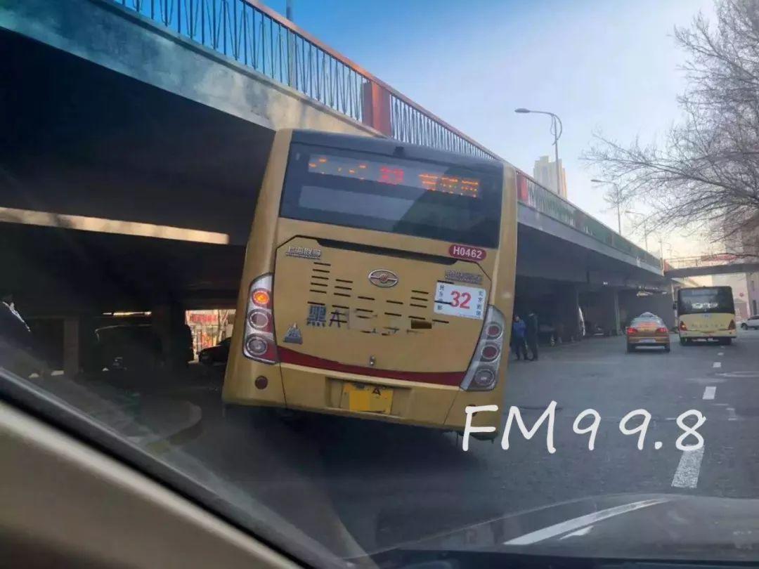 哈市一公交车被卡桥下动弹不得,车轮爆胎二十多名乘客