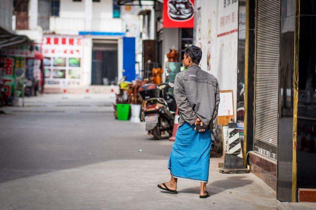 云南瑞丽实拍:到处是穿着裙子脸上抹着粉的男人,原来都是缅甸人