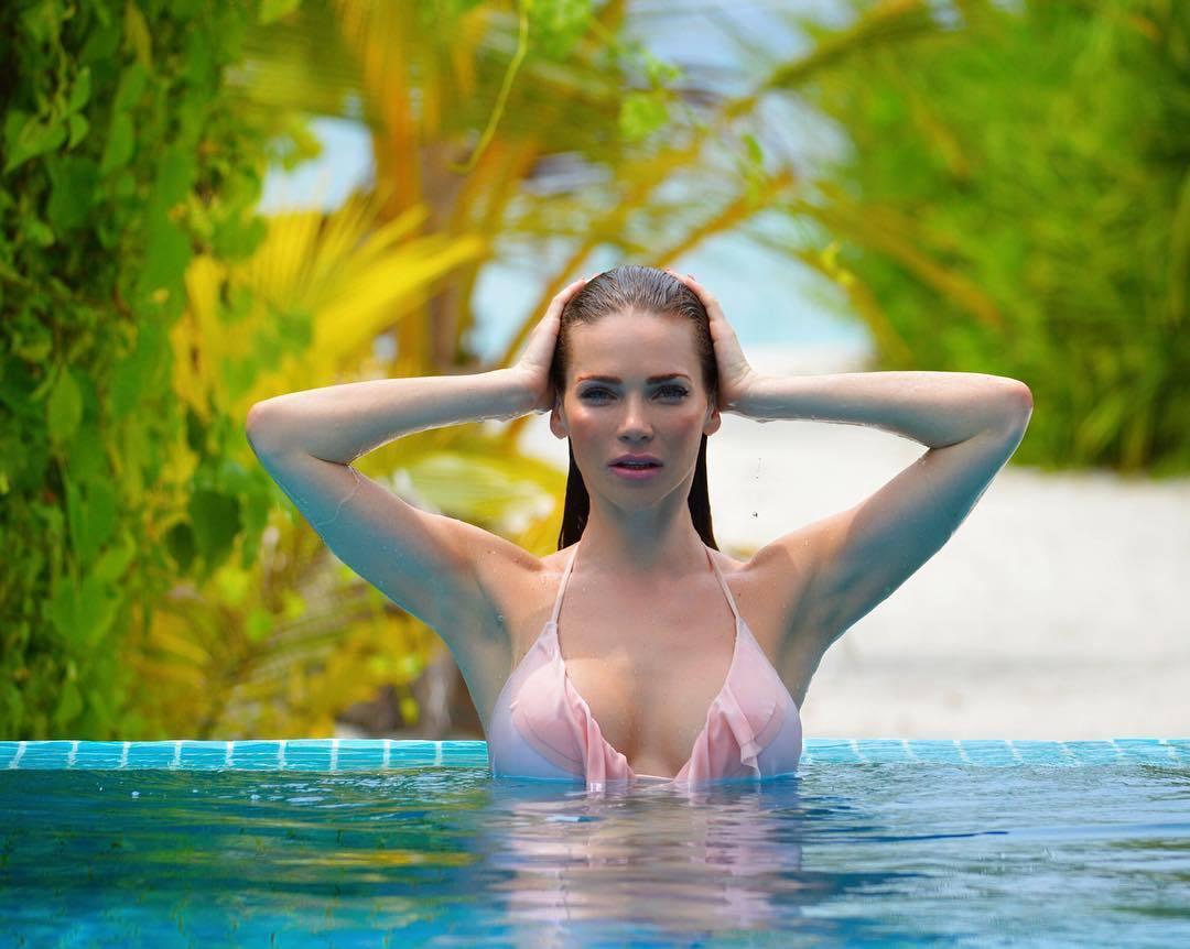 《花花公子》杂志御用超模亲身演绎俪丝娅比基尼