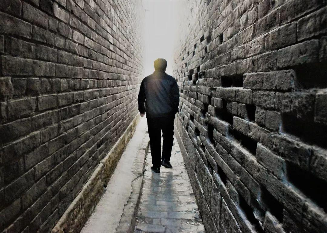 在小巷中穿行,走向时间的另一端,或沉默或倾听.
