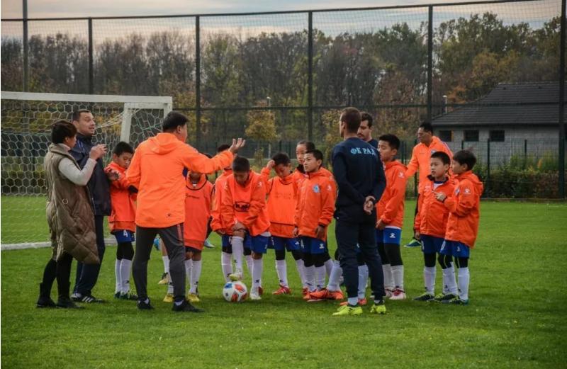国足战绩让中国球迷失望,你认为中国足球该怎样发展?