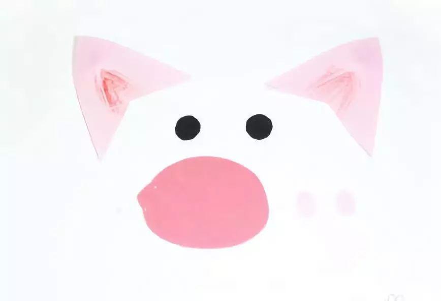 原标题:【元旦手工】2019年元旦必备手工,手工制作快乐的小猪。 本文导读 2019年是猪年,既然是猪年怎么少的了主题手工呢!猪是我们最熟悉的动物之一,有的小朋友很讨厌猪,因为猪爱偷懒还贪吃;有的小朋友觉得猪也挺可爱的,因为它有大大的耳朵,很有特点的鼻子,圆溜溜的眼睛,卷起来的小尾巴,越看越喜欢。今天小莉老师就给大家带来几款小猪手工,记得元旦期间跟小朋友们一起制作哦! 作者 丨小莉老师 本文由《幼儿园手工》编辑,转载须注明来源! 剪纸三只小猪 为三只可爱的小猪建造一个属于他们自己的家吧。 准备材料:白色卡