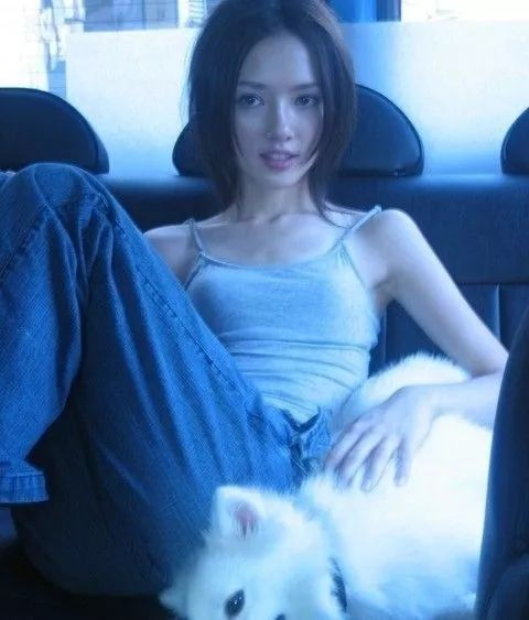 模特生涯,先是为时尚杂志拍摄平面照,之后向电视广告与音乐录像带发展