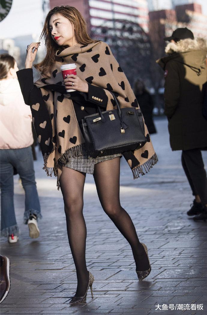 欧美屄大黑逼_大披肩,黑丝袜,高跟鞋, 冬天的美女也能好时尚呀!