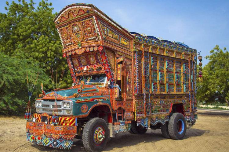 巴基斯坦涂鸦卡车,不仅装饰华丽,还能随时变成一辆两层大巴