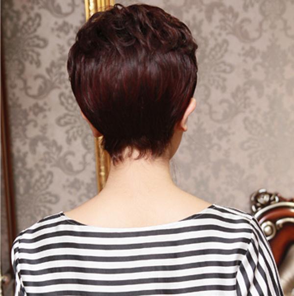 1/ 12 一款气质的女士短发,适合修饰脸型,让脸变小看起来更加年轻.图片