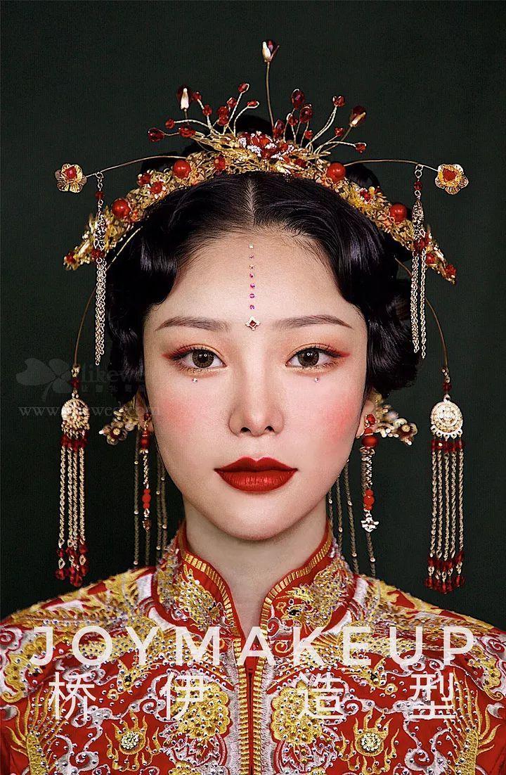 时尚 正文  采用温婉中分的中式复古发型凸显精致妆容, 配合红色发饰图片