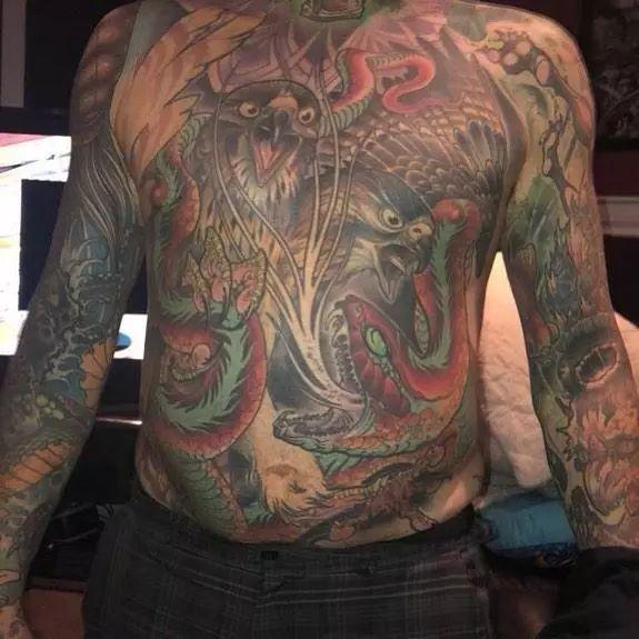命不久矣,他告诉妻子cheryl,想在下葬前将他的大面积纹身完整保留下来