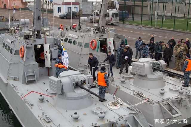 这段时间以来,在北约的不断怂恿之下,乌克兰和俄罗斯的海上冲突愈发紧张,日前英国国防部长威廉姆森访问乌首都基辅,宣布北约将力挺乌克兰对抗俄军,并承诺将送来更多的军事援助,随后英防长还登上了乌克兰最新型军舰,亲自出海视察黑海地区的海上安全情况,并支持乌军再次穿越刻赤海峡的计划。据俄塔斯社12月23日报道,就在北约对乌克兰频繁打气的同时,大批神秘俄军部队也在黑海之滨的高加索地区展开了一次不同寻常的军事演习,而演习内容让北约方面如临大敌,呼吁莫斯科保持冷静。