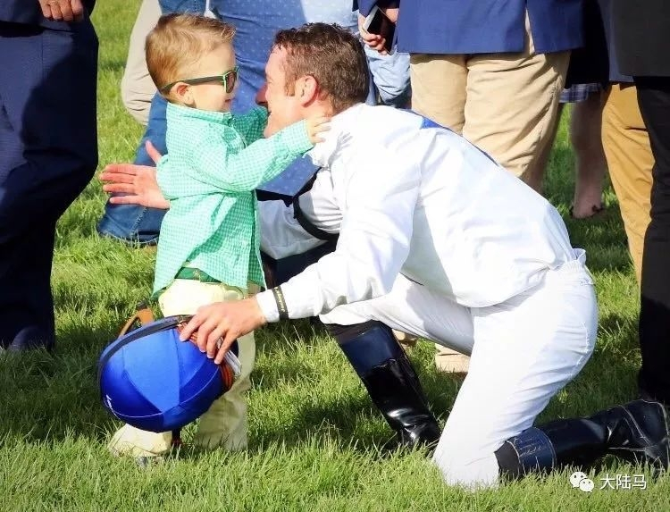 从小在赛马场长大3岁小朋友痴迷赛马未来是否可期?